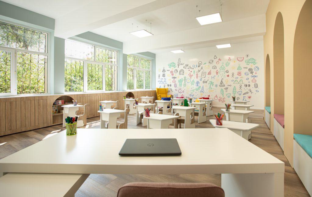(P) P&G transformă încă o sală de clasă într-un spațiu sigur și primitor pentru elevii clasei pregătitoare