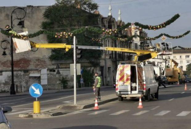 Primele decoraţiuni pentru sărbătorile de iarnă au început să fie montate în Craiova. Oraşul se află în scenariul roşu