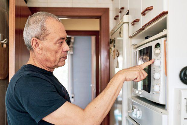 """Invenția prin care un pensionar de la IBM vrea să folosească filtrul de cafea și alte electronice din casă pentru a monitoriza starea bătrânilor singuri: """"Ce se întâmplă când cad?"""""""