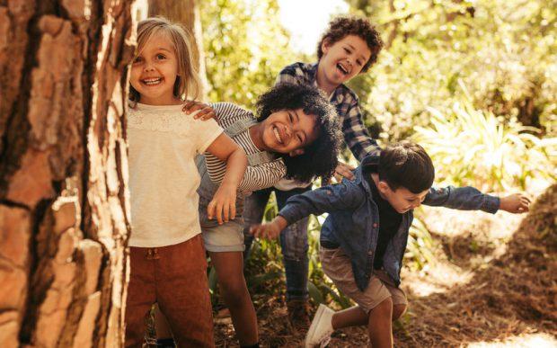 Jocurile copilăriei – idei de jocuri distractive pentru afară sau în casă