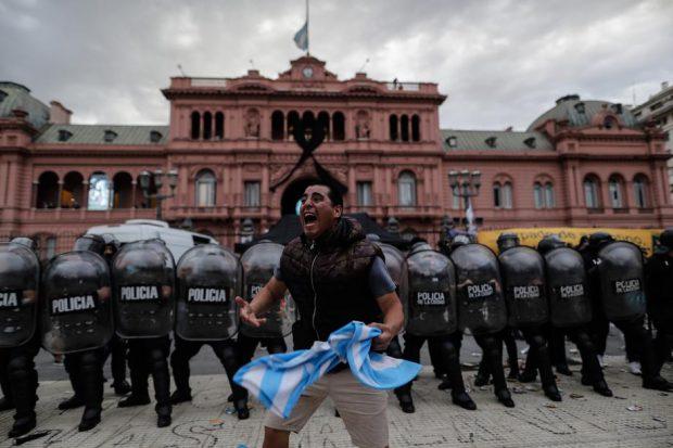 Funeraliile lui Diego Maradona, marcate de incidente. Polițiștii au tras cu gloanțe de cauciuc, iar accesul la catafalc a fost suspendat