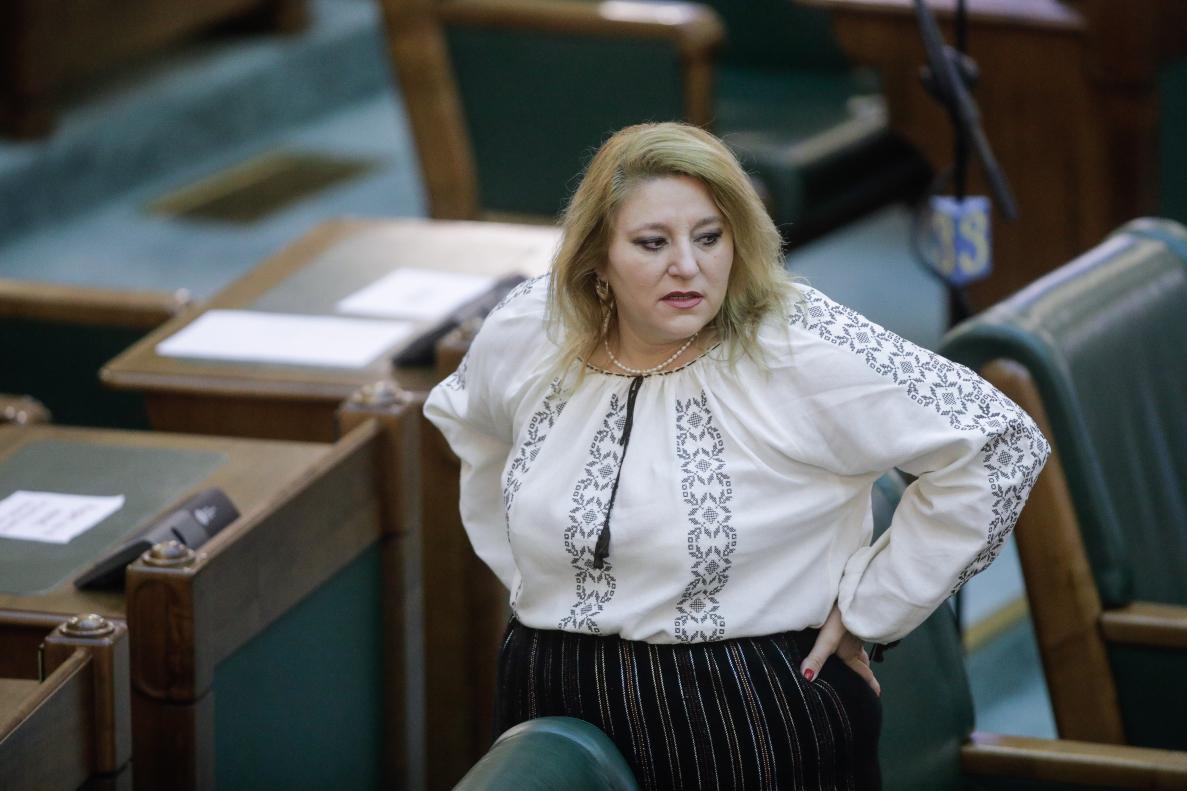 Nicolae Ciucă Cere Verificarea Adeverinței Invocate De Diana Șoșoacă Pentru  A Nu Purta Mască. Ce A Făcut Senatoarea AUR în Prima Zi în Plen |  Libertatea | Libertatea