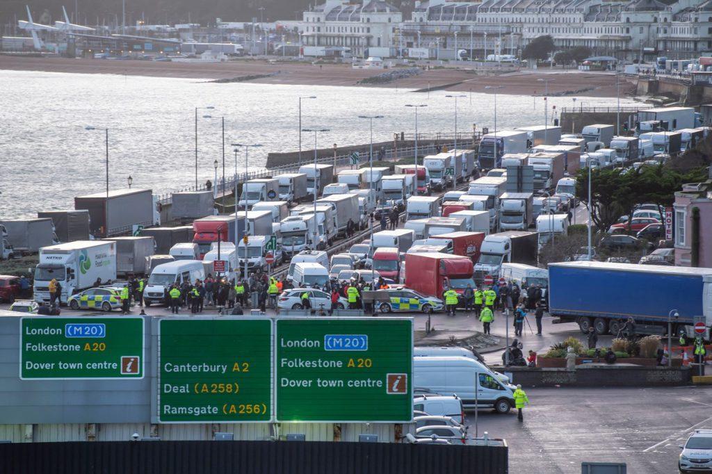 Εντυπωσιακές εικόνες: χιλιάδες οδηγοί, πολλοί από τους Ρουμάνους, πέρασαν την ημέρα των Χριστουγέννων τους με φορτηγά στο Κεντ, περιμένοντας να φύγουν για το σπίτι