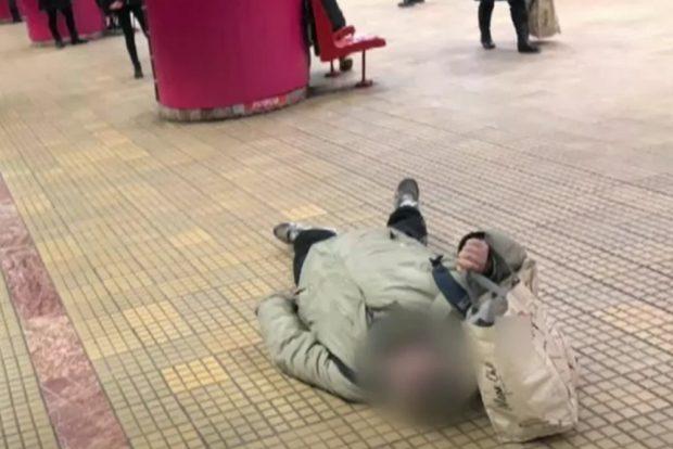 VIDEO | Unui bărbat i s-a făcut rău la metrou. Omul a zăcut minute în șir pe peronul stației Unirea 1