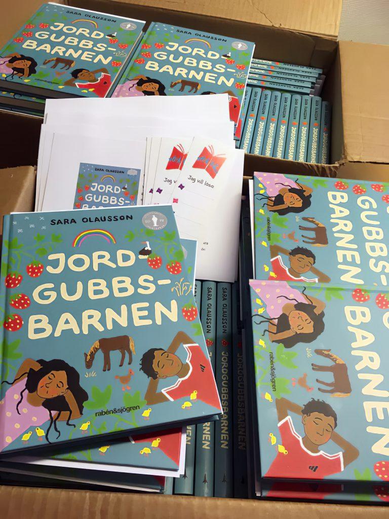 """""""Copiii căpșunarilor"""". O carte, care se găsește și în școli, trezește o dezbatere aprinsă în Suedia! Mamă româncă: """"Macină pentru copiii mei mândria de a fi român"""""""