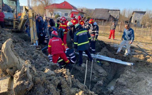 """Muncitor prins sub un mal de pământ în Argeş. ISU: """"Victima este conştientă şi cooperantă"""""""
