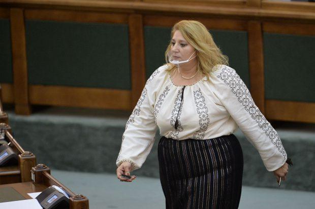 Senatoarea Diana Şoşoacă, scandal în plenul Parlamentului: I s-a tăiat microfonul, dar a continuat să recite din Eminescu pentru Orban