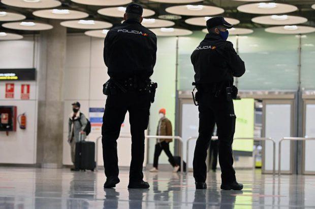 Român arestat pe un aeroport din Spania, când încerca să scoată un copil de 3 ani din țară. Bărbatul, acuzat că l-a răpit