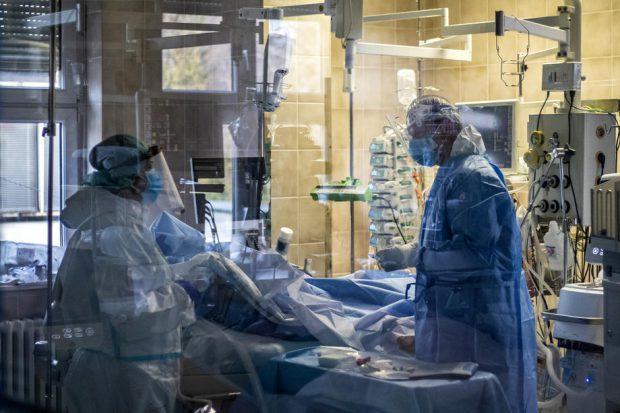 Cu sistemul sanitar depășit de valul epidemic, Cehia cere țărilor vecine să-i preia din pacienții COVID