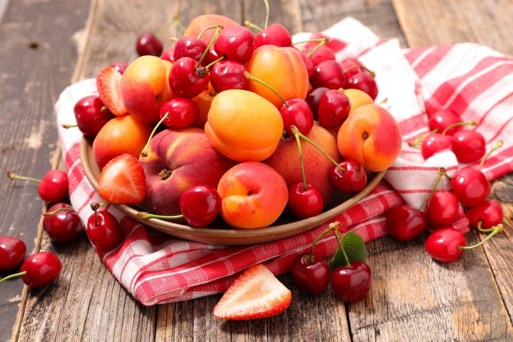 Fructe pe care să le consumi vara: cireșe, căpșuni, piersici, caise