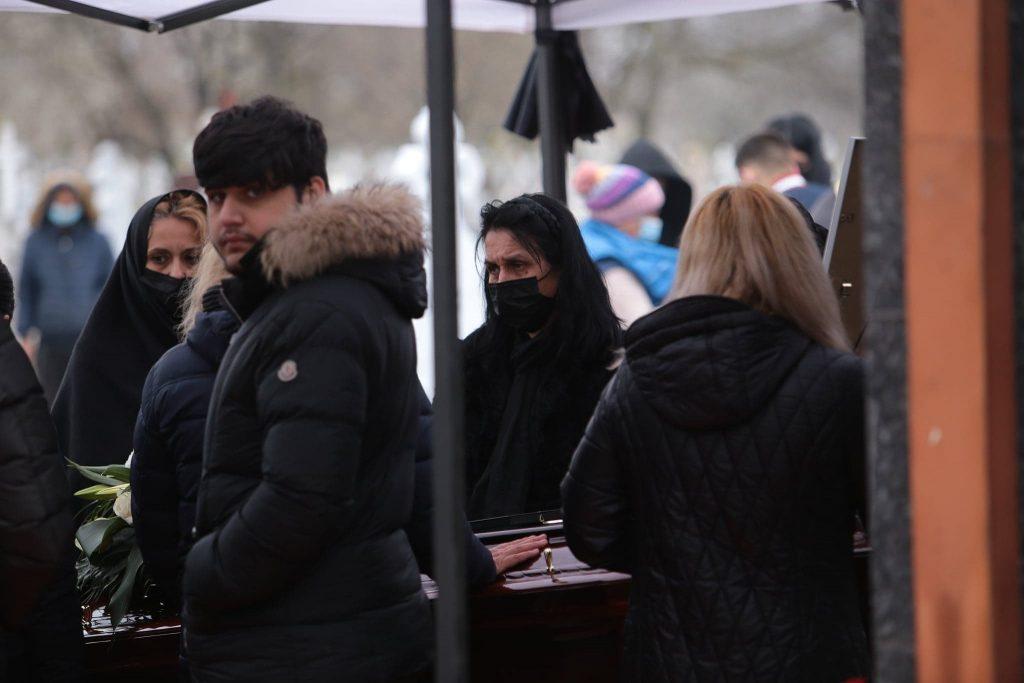 GALERIE FOTO | Nelu Ploieșteanu a fost înmormântat astăzi. Sicriul artistului, purtat pe umeri de oameni în combinezoane albe