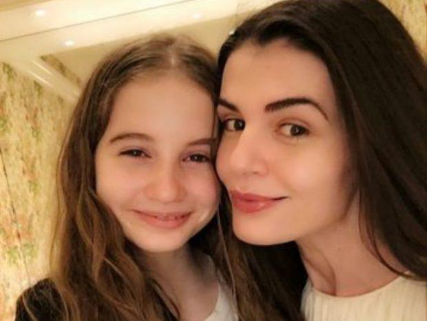 Așa mamă, așa fiică. Irina Columbeanu are siluetă de fotomodel la 14 ani. Poartă fustă scurtă și tocuri
