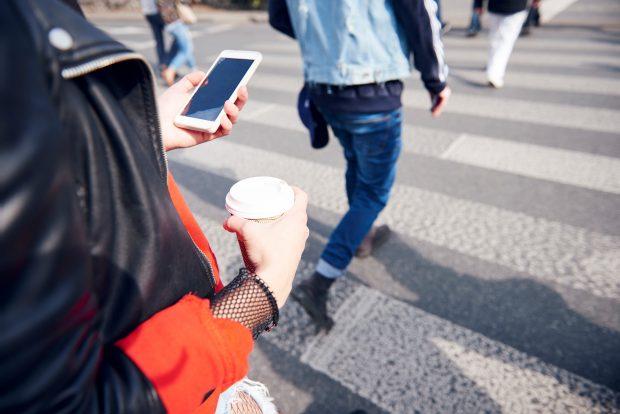 Proiect de lege | Pietonii, amendați dacă stau cu ochii în telefon când traversează strada