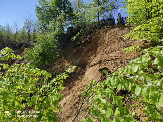 Alunecare de teren de proporții, în Prahova. 12 persoane și-au părăsit, preventiv, casele
