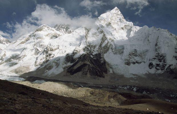 China a suspendat expedițiile pe Everest de teama Covid. Cum s-ar putea infecta alpiniștii