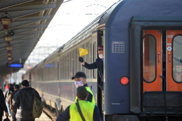 Un tren a agăţat cablurile de înaltă tensiune la ieşirea din Ploieşti. Călătorii au luat-o pe jos
