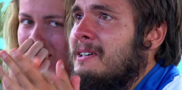 """Albert de la """"Survivor România"""" a izbucnit în lacrimi în fața tuturor. Și-a văzut părinții după 4 luni"""