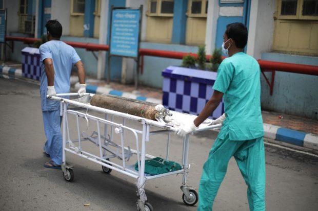"""""""Destul e destul"""". Judecătorii indieni amenință că-i vor pedepsi pe guvernanți dacă spitalele din New Delhi rămân fără oxigen"""