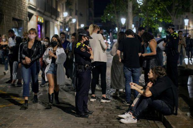 Mii de petrecăreți, goniți de poliție în Barcelona, din centru și de pe plajă, în primul weekend fără stare de urgență