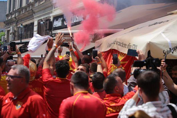 Fanii Macedoniei de Nord au făcut show la București. Torțe și scandări războinice în Centrul Vechi