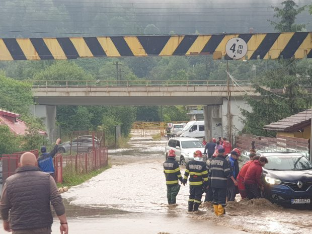 Traficul este blocat total pe DN 1, la Buşteni, din cauza viiturii. Peste 100 de case, inundate