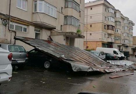 Acoperișuri prăbușite peste mașini, în Fălticeni, în timpul unei furtuni