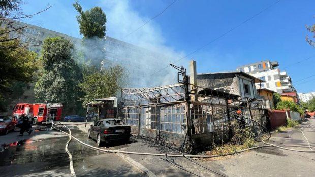 Terasa unui restaurant din Dristor s-a făcut scrum. Incendiul a fost stins și nu sunt victime