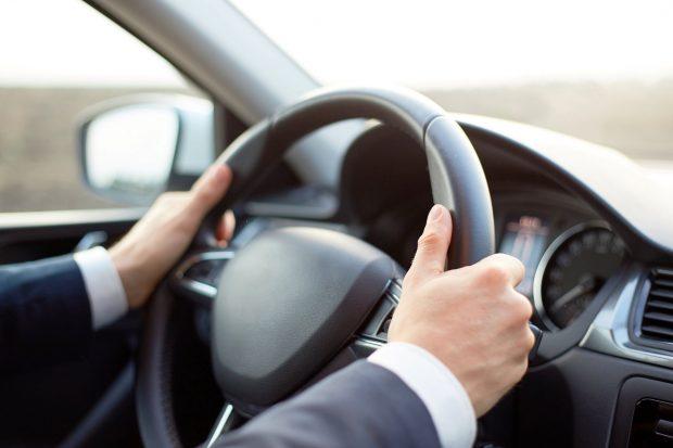 Cum se ține corect volanul și care este poziția recomandată a mâinilor?