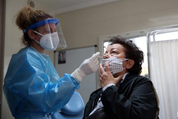 Grecia a introdus testarea obligatorie pentru angajații nevaccinați anti-COVID