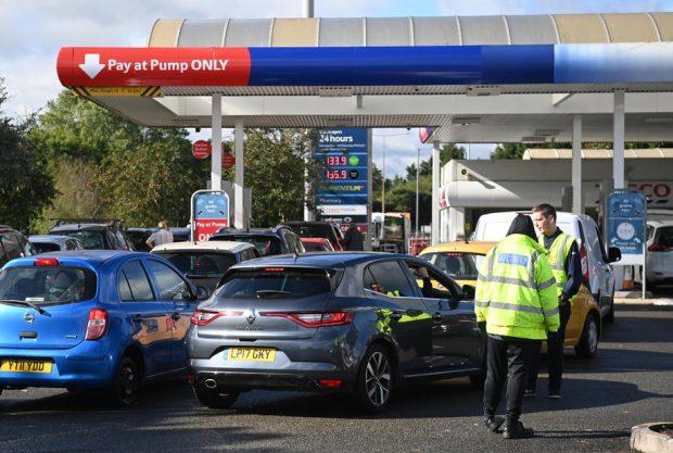 Penurie de benzină în Marea Britanie: Guvernul îndeamnă armata să fie pregătită să vină în ajutor