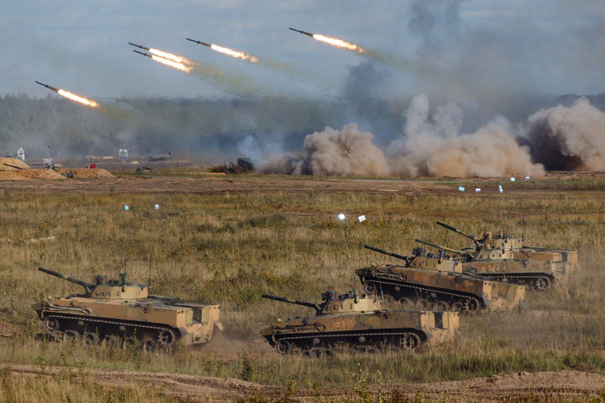 Ce mesaj transmit manevrele militare masive ale Moscovei, supervizate de Putin chiar înainte de alegerile parlamentare din Rusia