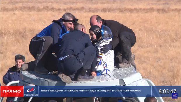 Echipa din Rusia, trimisă pe Stația Spațială Internațională pentru primul lungmetraj filmat în spațiu, a revenit pe Pământ